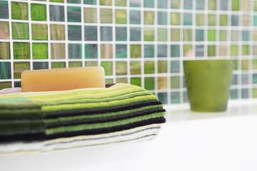 Im Badezimmer – Seife auf Handtuch