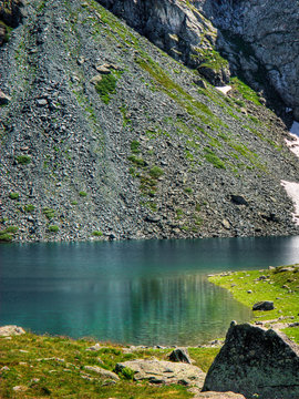 Lago Azzurro tra le montagna