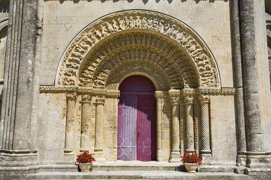 france; charentes-maritimes; Aulnay; église; st pierre : porche
