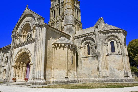 france; charente-maritime : Aulnay; église st pierre