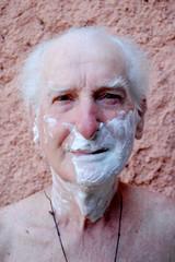 Nonno con sapone da barba