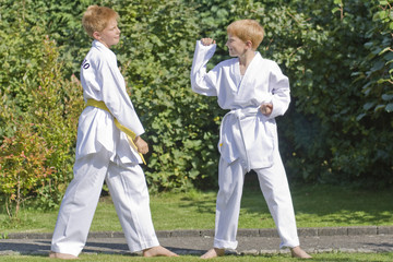 Zwei Jungen in Taekwondoanzug im Freien
