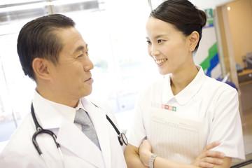 談笑する医者と看護師