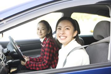 ドライブする女性2人