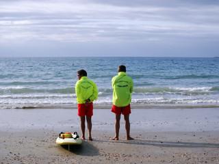 secoursistes face à la mer