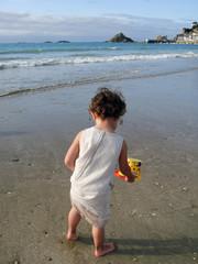 petite fille jouant sur la plage