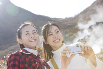 温泉地で記念撮影をする女性