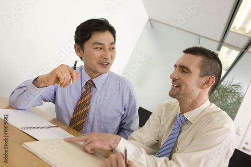 ビジネスマンに英語を教える外国人講師