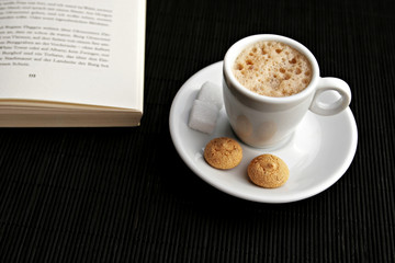 Cappuccino mit Buch