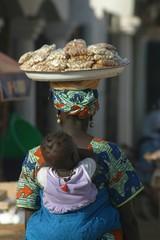 Afrikanerin mit Tablett auf dem Kopf in Gambia