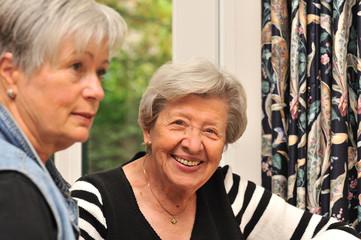 Zwei Seniorinnen im Gespräch IV