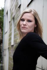 Junge Frau im Hinterhof