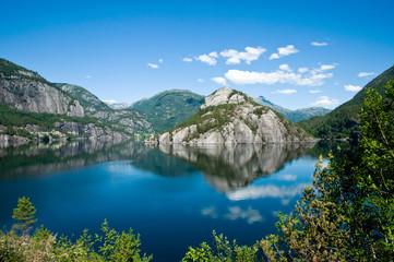 Fjord mit Wasserspiegelungen in Norwegen