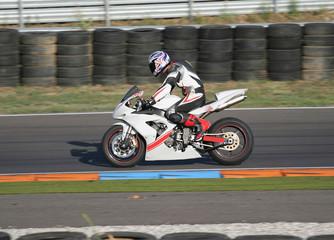 moto da corsa in pista