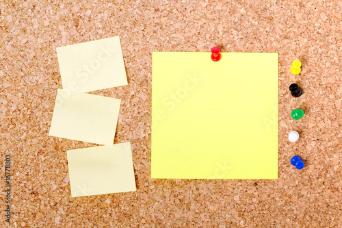 post it et note vierge accroch s sur tableau en li ge photo libre de droits sur la banque d. Black Bedroom Furniture Sets. Home Design Ideas