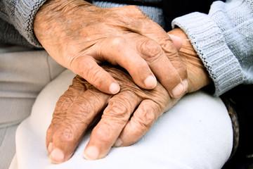 Hände einer Frau, die 95 Jahre alt ist