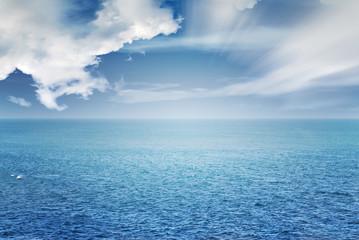 image d'océan bleu et horizon avec des rayons de soleil