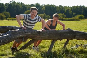Paar beim Fitness in der Natur