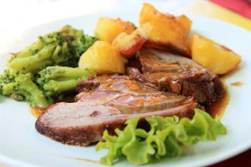 Gigot d'agneau et ses légumes cuisinés.