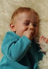 bébé heureux sur une peau de mouton