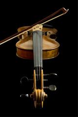 alte violine mit bogen, schwarzer hintergrund