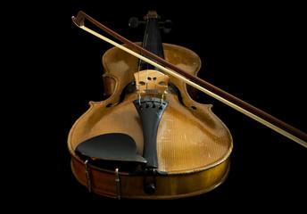 alte violine mit bogen, flache ansicht, schwarzer hintergrund