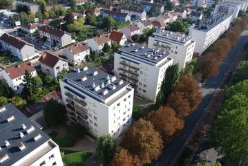 Vue aérienne d'une citée avec petites barres d'immeubles