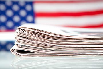 Zeitungen auf der Flagge der USA