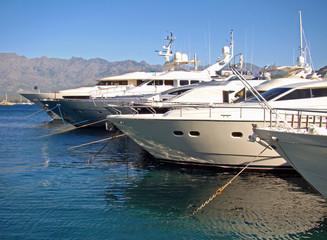 Yatchs amarrés dans le port de Calvi, Corse