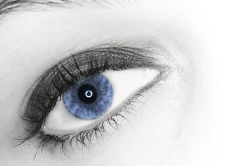 oeil bleu de belle femme sexy maquillée heureuse