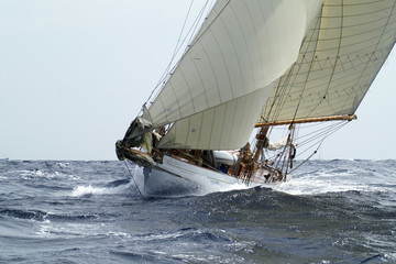 klassische Yacht in voller Fahrt