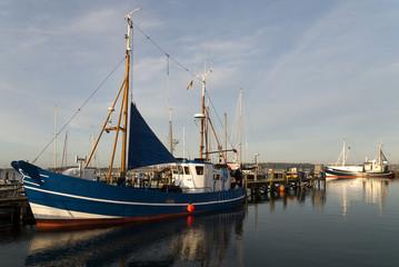 blauer Fischkutter im Hafen