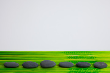 Steine auf Bambus