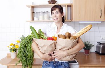 in der küche Frau mit Einkauf