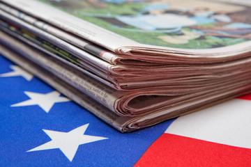 Tageszeitungen auf der Flagge der USA
