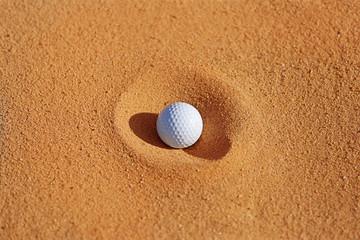 Golfball im Sandbunker