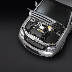 Silbernes Auto mit offener Motorhaube