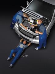 KFZ Mechaniker arbeiten an silbernem Auto