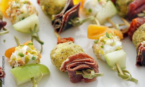 Mini brochettes ap ritives photo libre de droits sur la for Mini prawn cocktail canape