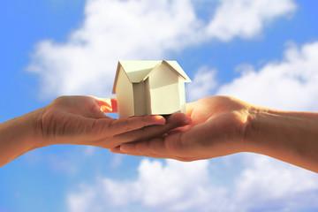 模型の家を持つ夫婦