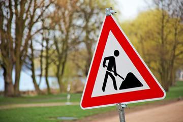 Schild und  Verkehrszeichen Bauarbeiten bei Baustelle