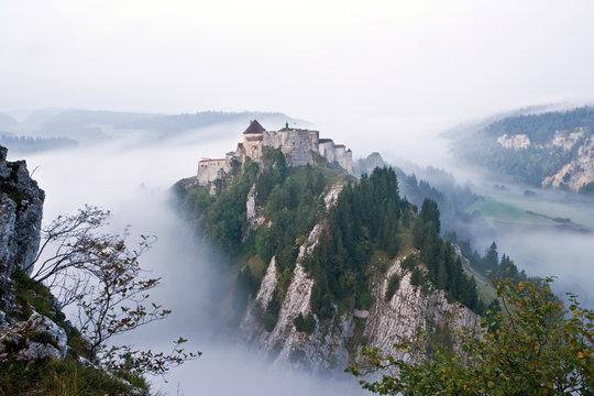 Chateau medieval dominant la brume