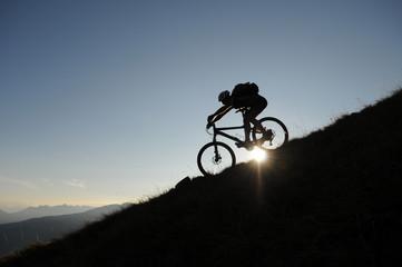 berg rad silhouette bei abfährts fahren