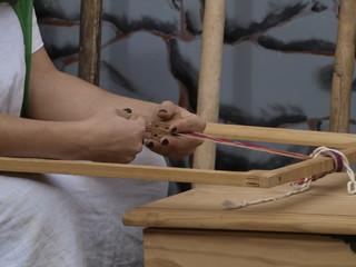 Manos de mujer romana tejiendo