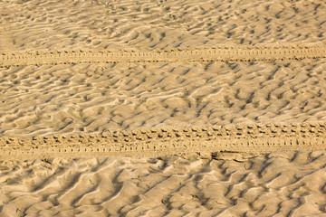 traces d'un 4x4 dans le sable