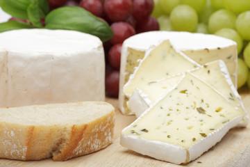 Käseplatte mit Trauben und Brot