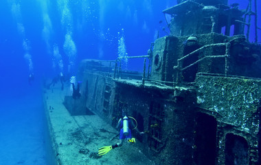 Wall Murals Diving Exploring a shipwreck