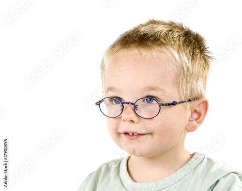 Junge Rothaarige mit Brille