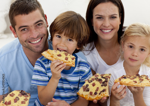 family eating pizza - 1024×723