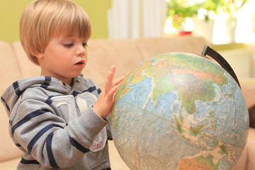 Kind lernt am Globus